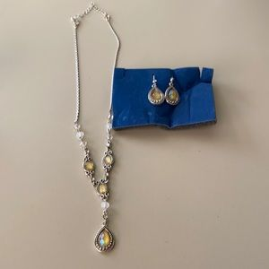 Very pretty Avon necklace and earrings